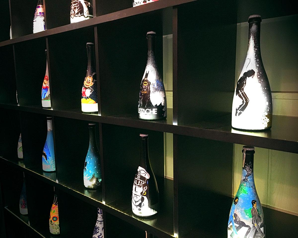 EmbotellArte 2017 fue una expo donde se expusieron una serie limitada de 25 botellas enfocadas en personajes de los 80. Embotellarte.