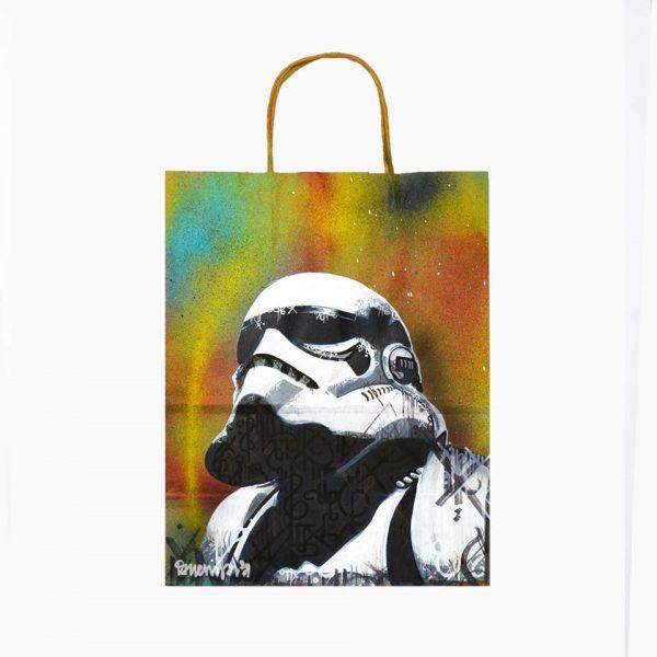 Los Stormtrooper son parte de nuestra iconografía Pop, y por ello Danieru San los pintó en versión bolsa reciclada y también sobre Lienzo.