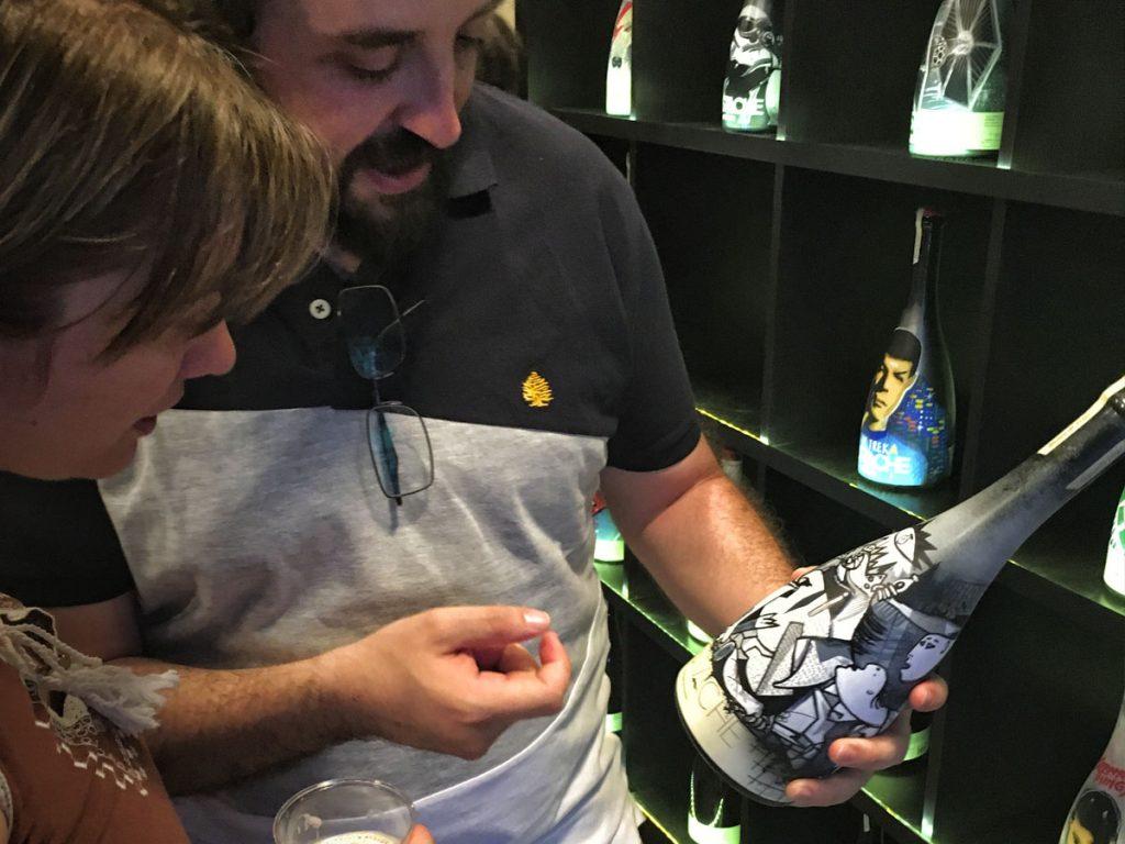 Asistentes a EmbotellArte 2017 donde se expusieron 25 botellas enfocadas en personajes de los 80. Embotellarte.