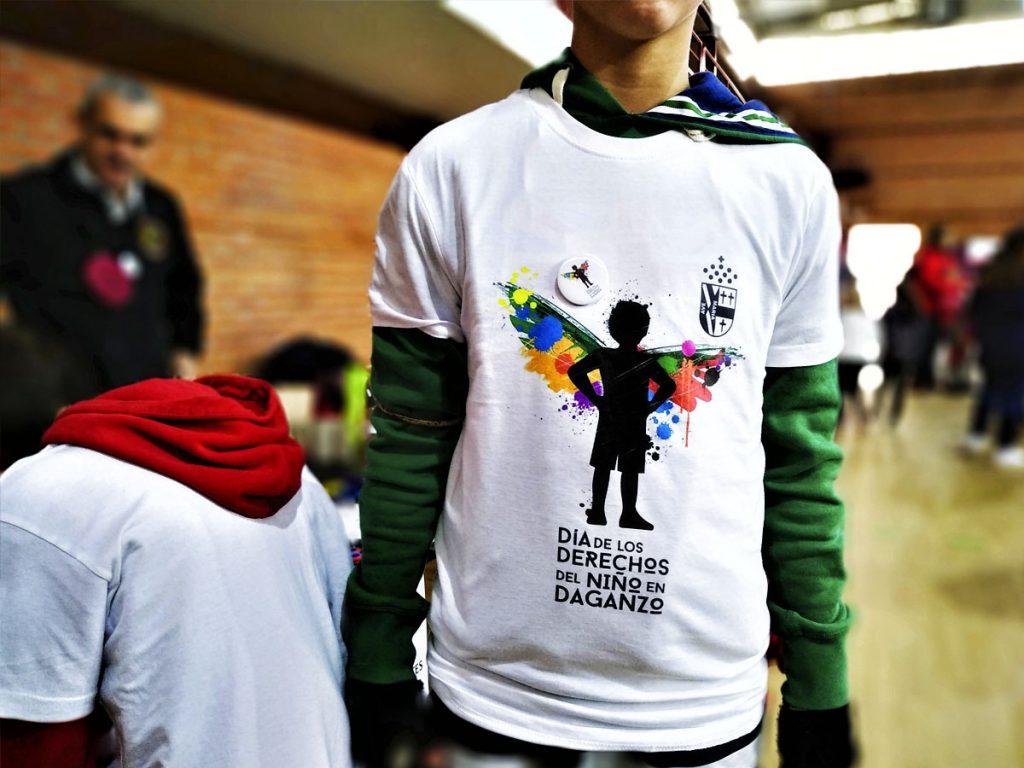 Joven con camiseta del Día del niño, con logotipo de Danieru San