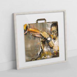 Miles Davis en gran formato pintado sobre bolsa reciclada con marco decapado blanco. Obra original de Danieru San. Miles el gran trompetista.